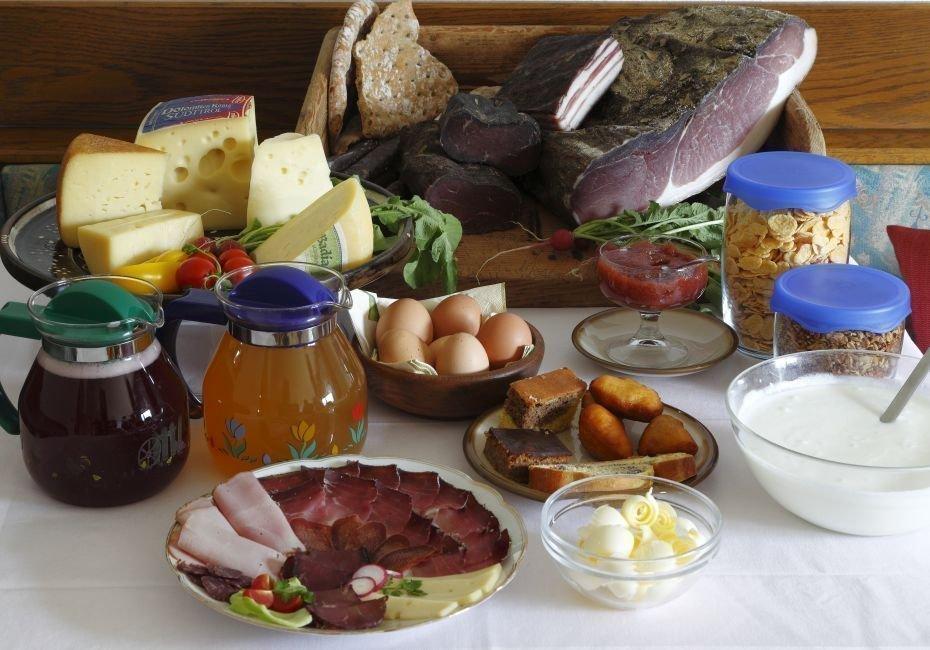 Ricca prima colazione contadina con deliziosi prodotti - Profumatori ambiente fatti in casa ...